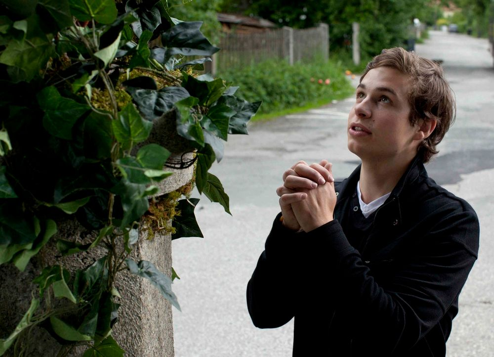 Laurin (Emil Reinke) hält seine sexsüchtige Mutter für die wandelnde Todsünde. Schlimmer noch: Er hält Sex für etwas durch und durch Schlechtes. Des... - Bildquelle: Oliver Vaccaro SAT.1