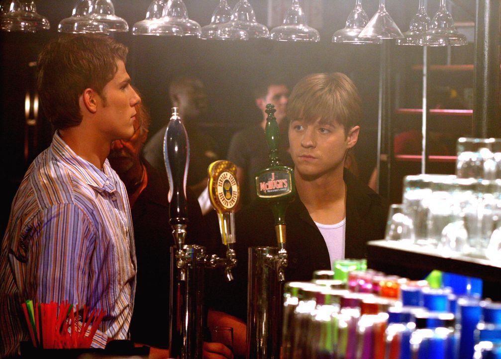 Ryan (Benjamin McKenzie, r.) versucht seinem Bruder zu helfen, indem er undercover nach dem Drogendealer sucht. Hat er in Kyle (Travis Van Winkle, l... - Bildquelle: Warner Bros. Television