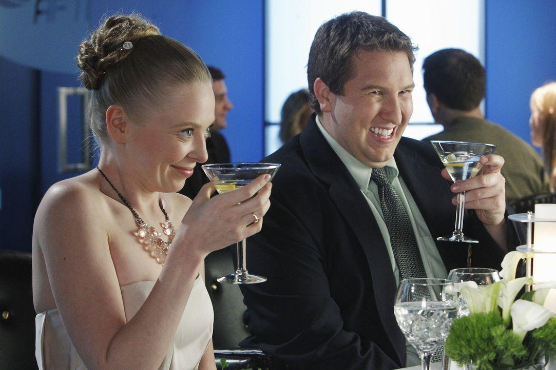 Heather (Portia Doubleday, l.) und Roman (Nate Torrence, r.) geben sich alle Mühe, Ben mit Heathers Schwester zu verkuppeln ... - Bildquelle: Sony Pictures Television Inc. All Rights Reserved.