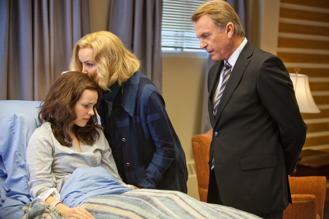 Als Paige (Rachel McAdams, l.) im Krankenhaus aus dem Koma erwacht, eilen ihre Eltern Bill (Sam Neill, r.) und Rita Thornton (Jessica Lange, M.) sof... - Bildquelle: Kerry Hayes 2010 Vow Productions, LLC. All rights reserved.