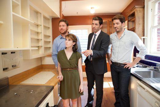 Franklin (l.) und Heather (2.v.l.) wollen aus ihrer Wohnung in ein Haus ziehe...