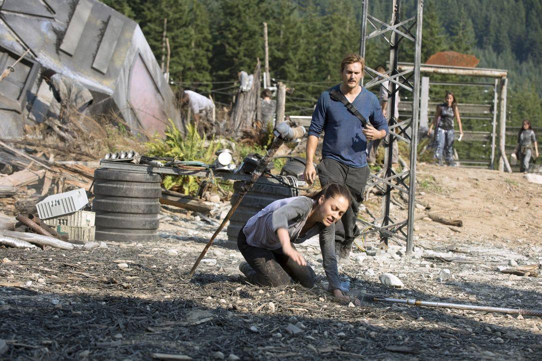 Raven (Lindsey Morgan, l.) und Wick (Steve Talley, r.) müssen zusammenarbeiten, auch, wenn Raven das ganz und gar nicht gefällt .. - Bildquelle: 2014 Warner Brothers