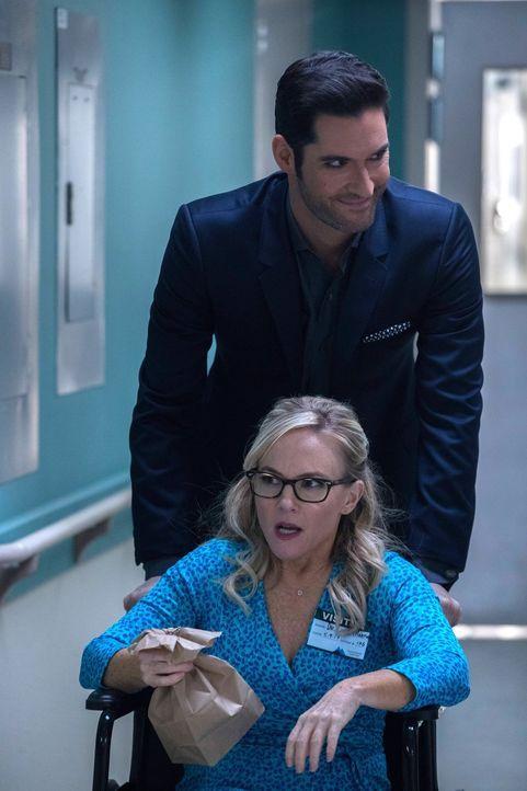 Linda (Rachael Harris, vorne) bietet Lucifer (Tom Ellis, hinten) ihre Hilfe an, als er sich zu Ermittlungszwecken in eine Psychiatrie einweisen läss... - Bildquelle: 2016 Warner Brothers