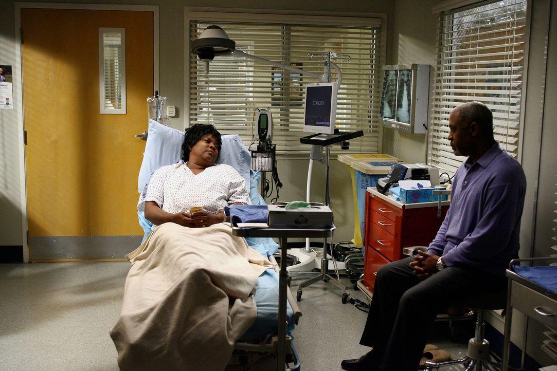 Richard (James Pickens Jr., r.) ist sauer, dass er nicht darüber informiert wurde, dass seine Noch-Ehefrau Adele (Loretta Devine, l.) im Krankenhau... - Bildquelle: Touchstone Television