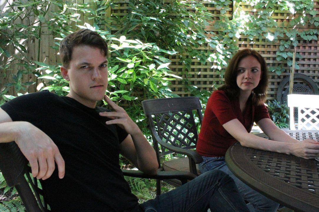 Auf dem College lernt Christen (r.) den charmanten John (l.) kennen und lieben, doch als sie die Beziehung beendet, rastet er vollkommen aus ... - Bildquelle: Atlas Media Corp.