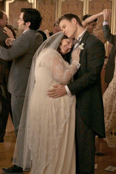 Was für ein glückliches Paar (v.l.: Zuzanna Szadkowski, Aaron Schwartz)! - Bildquelle: Warner Brothers