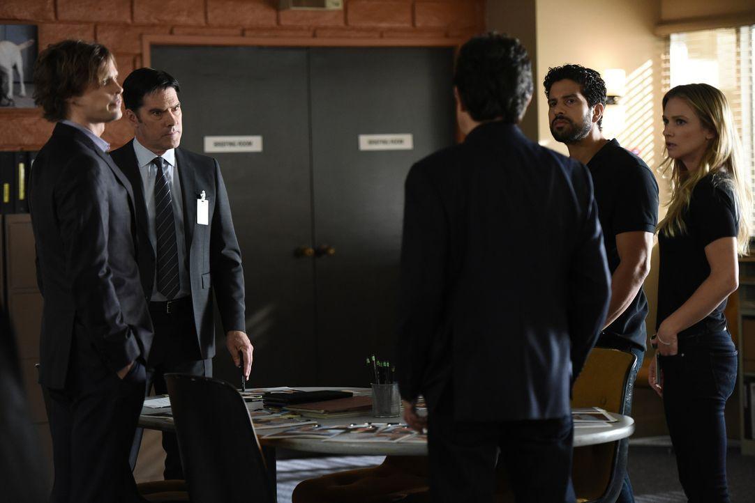 Nachdem ein Mörder mit mehrere Häftlinge aus einem Gefängnis entfliehen konnte, müssen Reid (Matthew Gray Gubler, l.), Rossi (Joe Mantegna, M.), JJ... - Bildquelle: Eddy Chen ABC Studios
