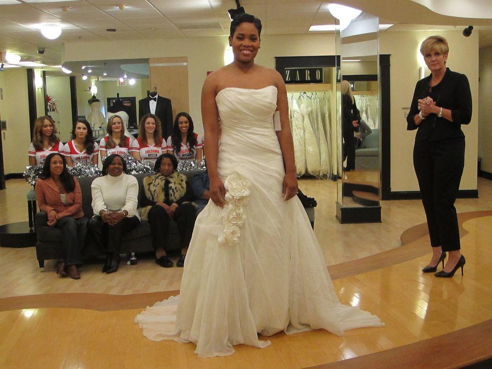 Braut Chato geht auf Nummer sicher und lässt sich beim Kauf ihres Kleides von einer ganzen Horde Cheerleader beraten ... - Bildquelle: TLC & Discovery Communications