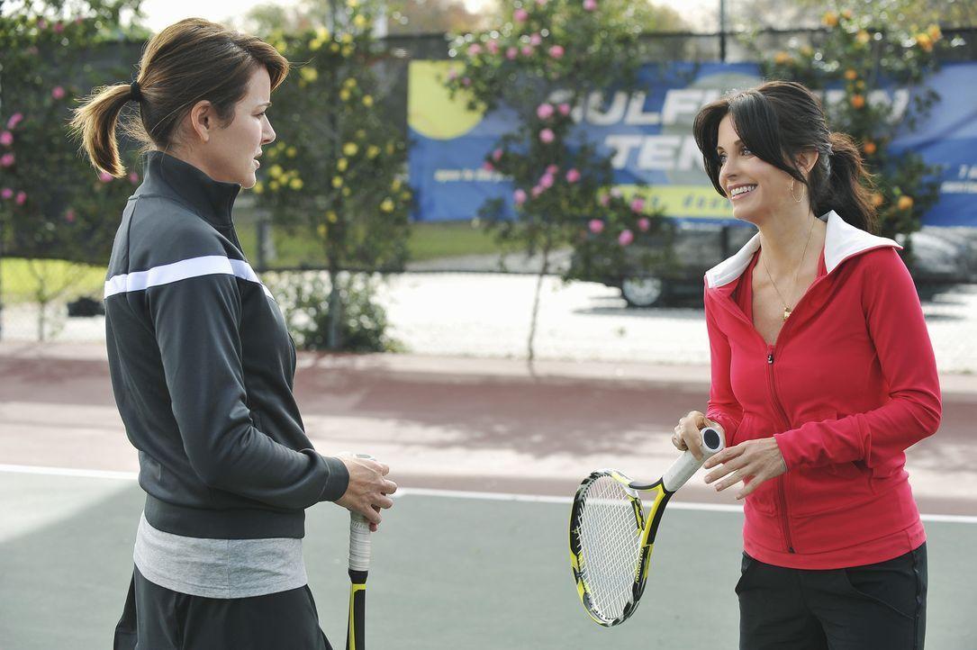 Um ihren Marktwert zu testen, gräbt Jules (Courteney Cox, r.) Alex, den Tennislehrer, ohne Scham an. Ellie (Christa Miller, l.) kann es nicht fasse... - Bildquelle: 2009 ABC INC.