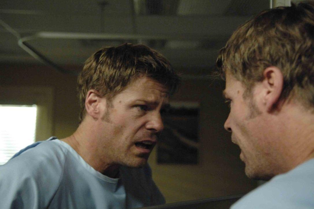 Nachdem Tom (Joel Gretsch) unter rätselhaften Umständen in einem Krankenhaus etwas injiziert wurde, stellt er fest, dass er einen Leberfleck hinter... - Bildquelle: Viacom Productions Inc.