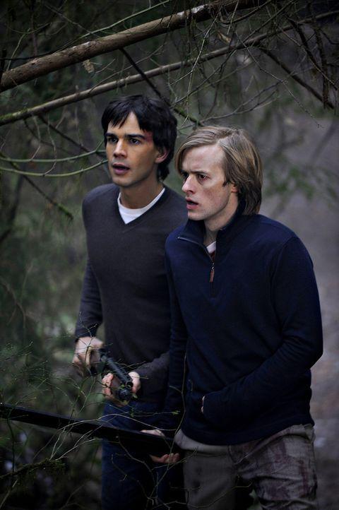 Das Morden hört nicht auf: Cal (Adam Campbell, r.) und Henry (Christopher Gorham, l.) steht die Angst ins Gesicht geschrieben ... - Bildquelle: 2009 CBS Studios Inc. All Rights Reserved.