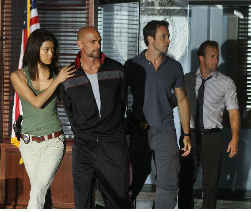 Bei den Ermittlungen in einem neuen Fall stoßen Steve (Alex O'Loughlin, 2.v.r.), Danny (Scott Caan, r.), Chin und Kono (Grace Park, l.) auf Paolo Be... - Bildquelle: 2011 CBS BROADCASTING INC.  All Rights Reserved.