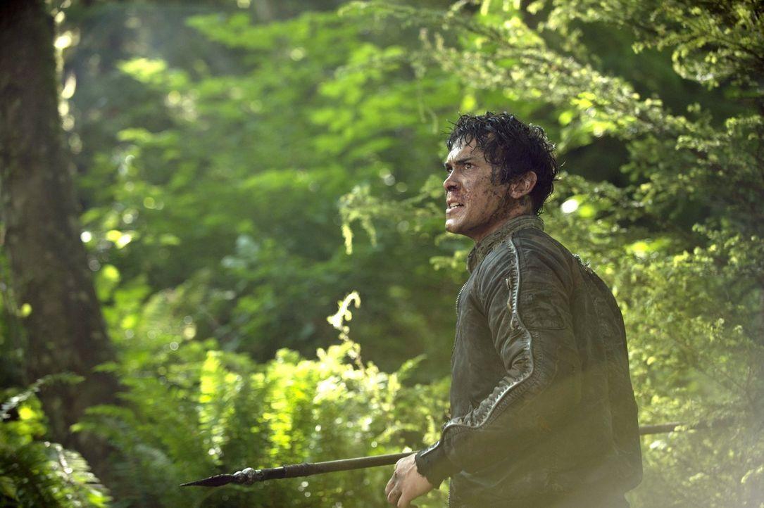 Während Bellamy (Bob Morley) mal wieder zum Gefangenen wird, kämpft Octavia ums Überleben ... - Bildquelle: 2014 Warner Brothers