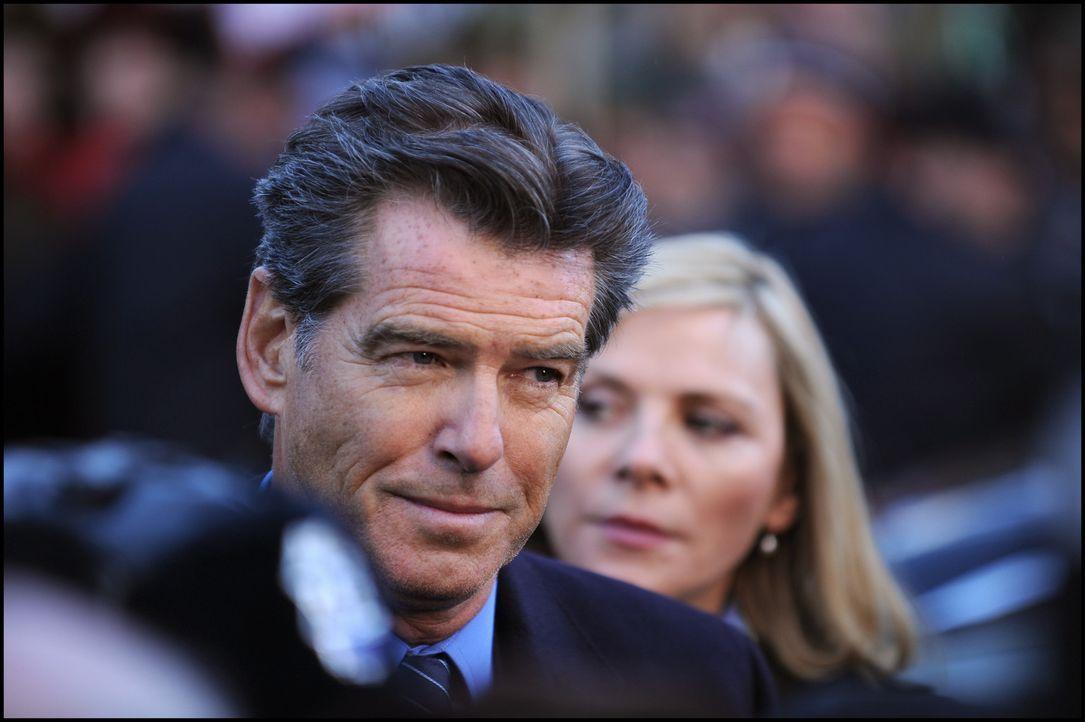 Um nicht ausgeliefert werden zu können, zieht sich der ehemalige britische Premierminister Adam Lang (Pierce Brosnan, l.) mit Ehefrau Ruth und Assi... - Bildquelle: Kinowelt GmbH
