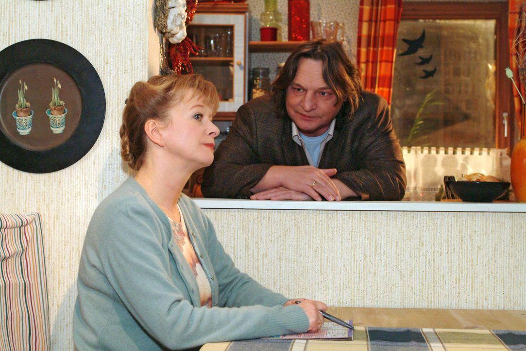 Helga (Ulrike Mai, l.) ist zum Frust von Bernd (Volker Herold, r.) in den Kochstreik getreten ... - Bildquelle: Sat.1