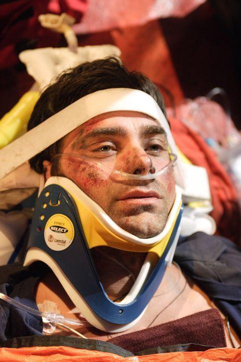 Neela kann ihrem Kollegen Tony Gates (John Stamos) das Leben retten, indem sie ihn auf offener Straße operiert ... - Bildquelle: Warner Bros. Television