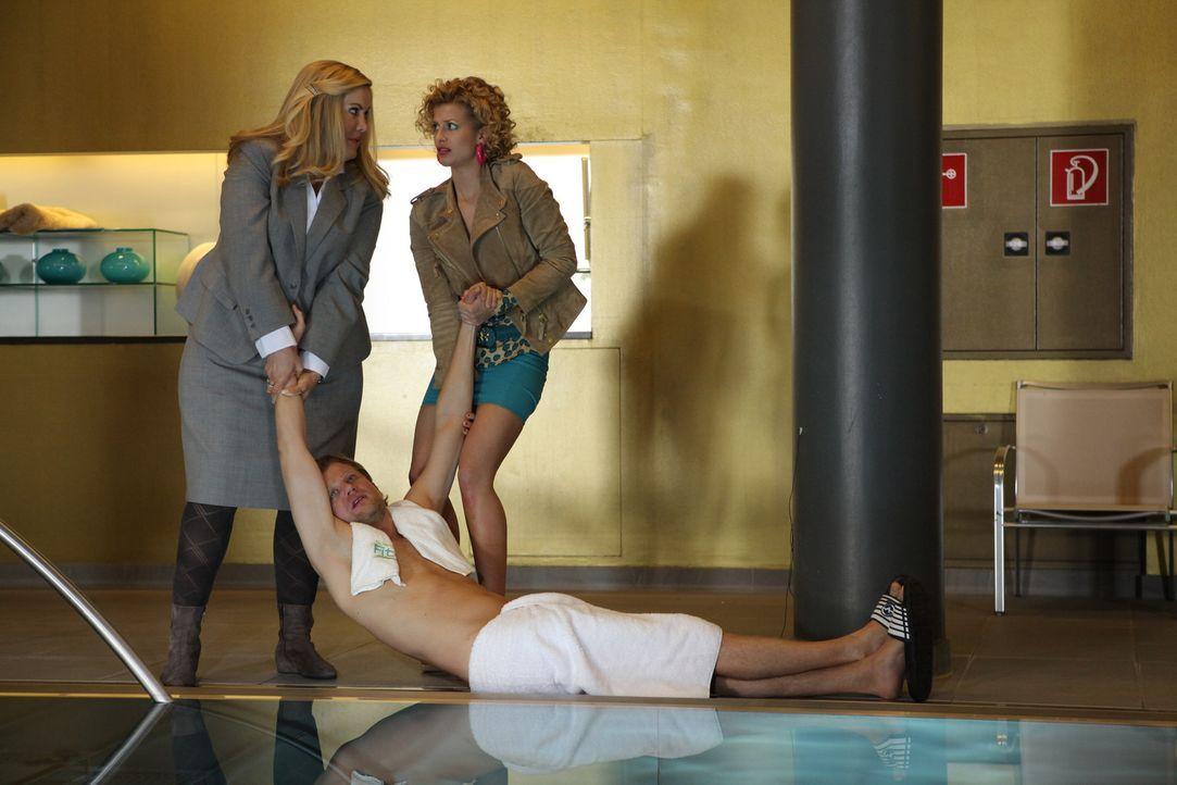Müssen auf schnellstem Wege eine Leiche (Andreas Guenther, vorne) entsorgen, bevor die strenge Hoteltesterin davon Wind bekommt: Jessica/Marie (Wol... - Bildquelle: Petro Domenigg SAT.1