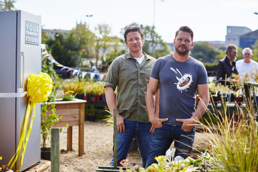 Brechen gemeinsam zu neuen kulinarischen Abenteuern auf und bekommen dabei prominente Küchenhelfer: Jamie Oliver (l.) und Jimmy Doherty (r.) ... - Bildquelle: David Loftus 2016 Jamie Oliver Enterprises Limited/ David Loftus