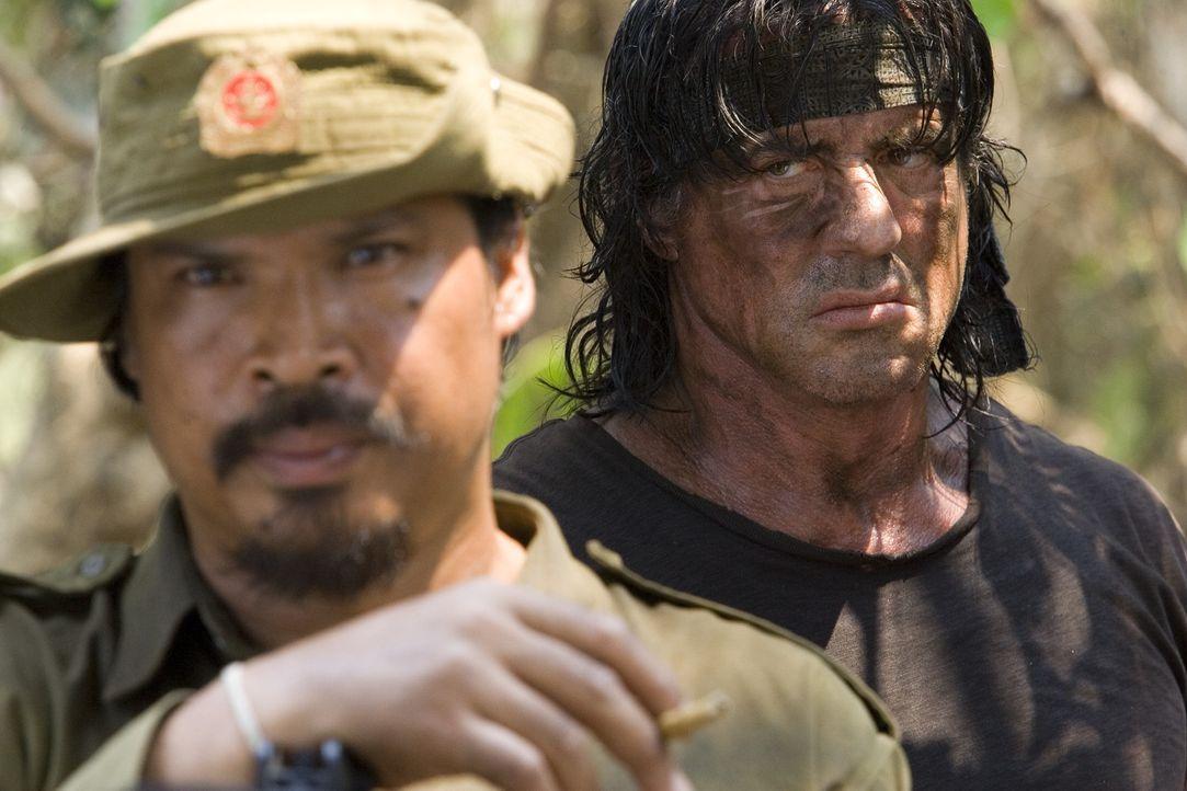 Tut nur, was er für richtig hält: Rambo (Sylvester Stallone, r.) lässt sich nicht von den burmesischen Soldaten einschüchtern ... - Bildquelle: Karen Ballard Nu Image Films