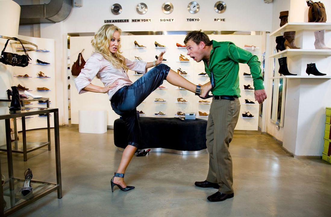 Wenn Janine (Janine Kunze, l.) in der Edel-Boutique keine passenden Designer-Schuhe bekommt, dann muss jemand dran glauben - und sei es der Verkäuf... - Bildquelle: Sat.1