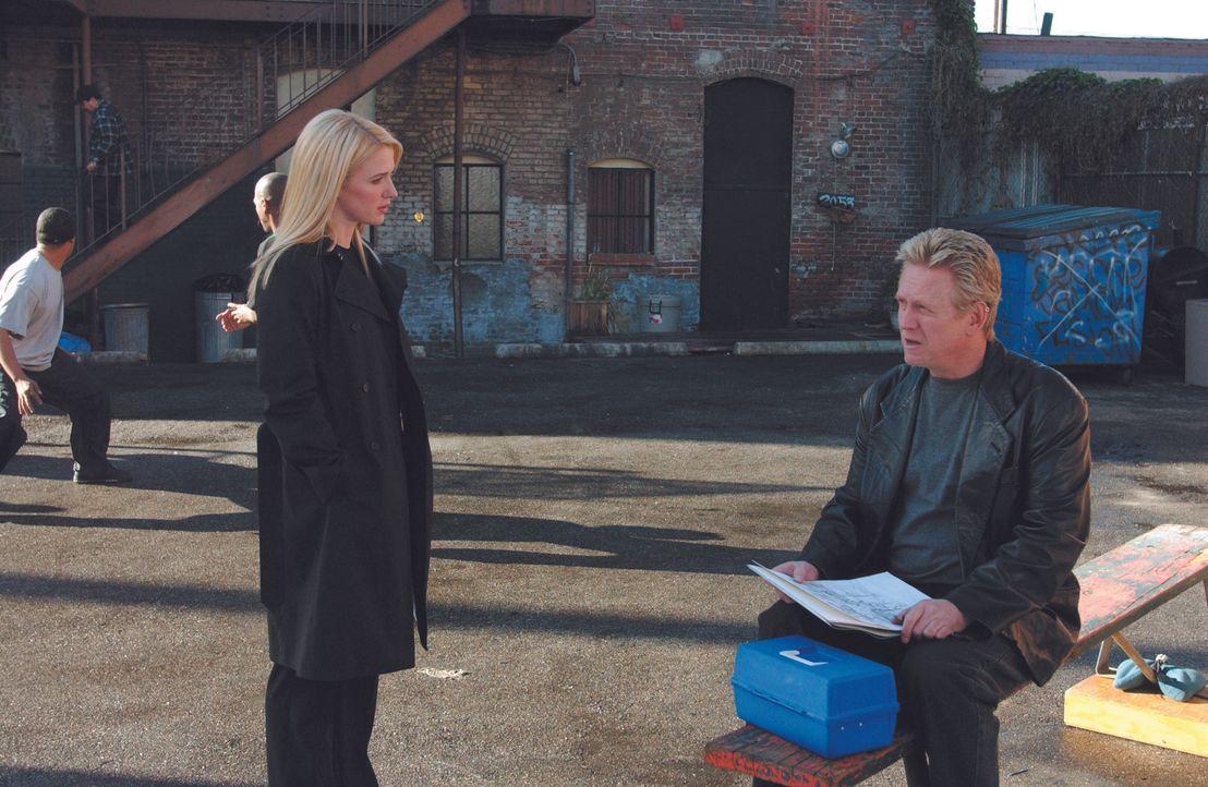 Nach und nach gelingt es Samantha Spades (Poppy Montgomery, l.), über Kontaktpersonen (Bruce Davison, r.) der Vermissten auf die Spur zu kommen ... - Bildquelle: Warner Bros. Entertainment Inc.