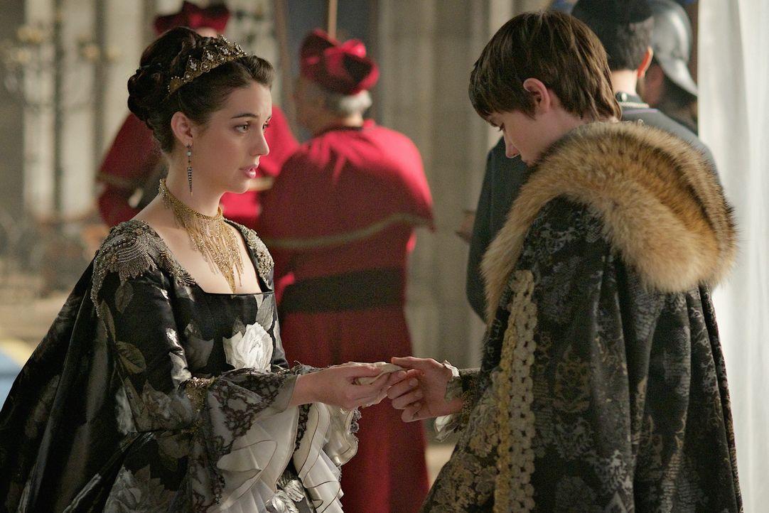Während Charles (Spencer Macpherson, r.) sich auf seine Krönung vorbereitet, sucht Mary (Adeleide Kane, l.) verzweifelt nach einem Verbündeten ... - Bildquelle: Sven Frenzel 2016 The CW Network, LLC. All rights reserved.