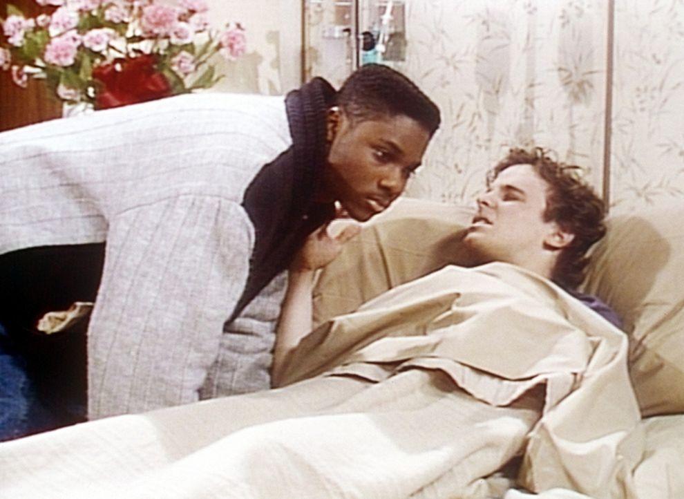 Theo (Malcolm-Jamal Warner, l.) hat endlich den Mut aufgebracht, seinen krebskranken Freund Jake (Chris Collet, r.) im Krankenhaus zu besuchen. - Bildquelle: Viacom