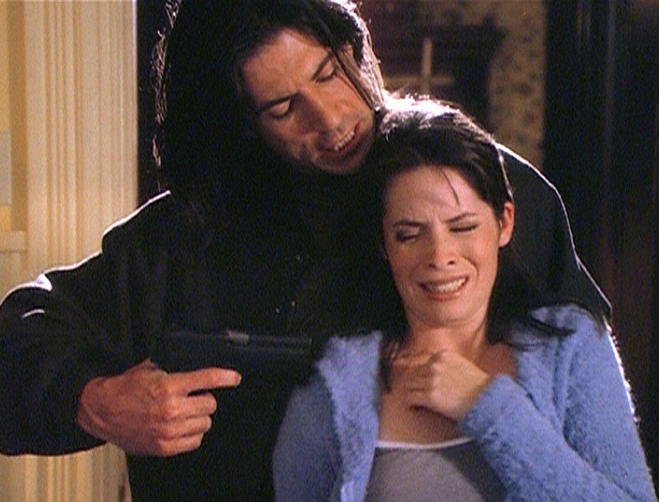 Der Hexer Matthew Tate (Billy Wirth, l.) will Piper (Holly Marie Combs, r.) dazu zwingen, die Zeit anzuhalten. - Bildquelle: Paramount Pictures