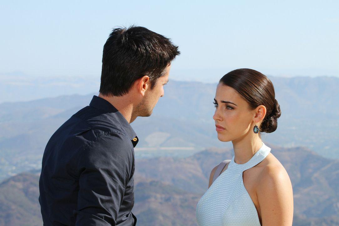 Adrianna Tate-Duncan (Jessica Lowndes, r.) ist überrascht, als plötzlich Taylor (Wes Brown, l.), der Mann mit dem sie in Las Vegas ein One-Night-S... - Bildquelle: 2012 The CW Network. All Rights Reserved.
