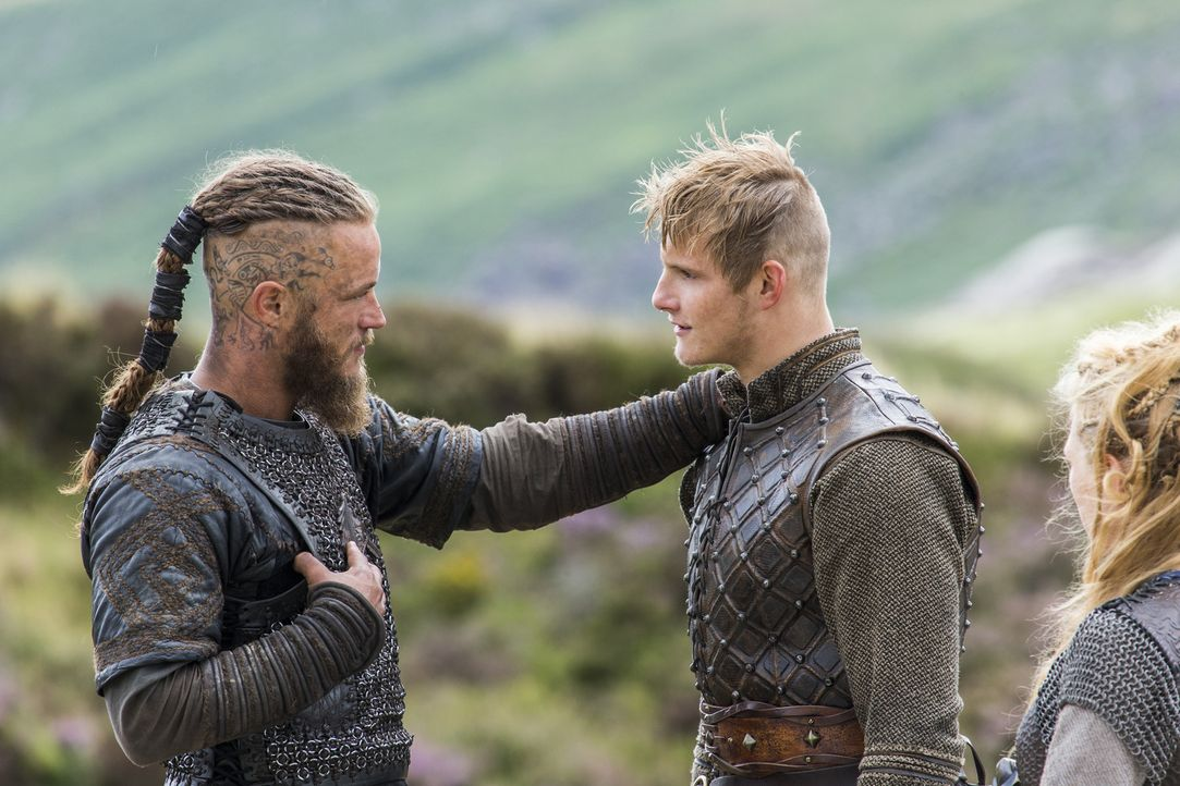 Lagertha (Katheryn Winnick, r.) und Bjorn (Alexander Ludwig, M.) wollen Ragnar (Travis Fimmel, l.) im Kampf gegen Jarl Borg, der Kattegat eigenommen... - Bildquelle: 2014 TM TELEVISION PRODUCTIONS LIMITED/T5 VIKINGS PRODUCTIONS INC. ALL RIGHTS RESERVED.