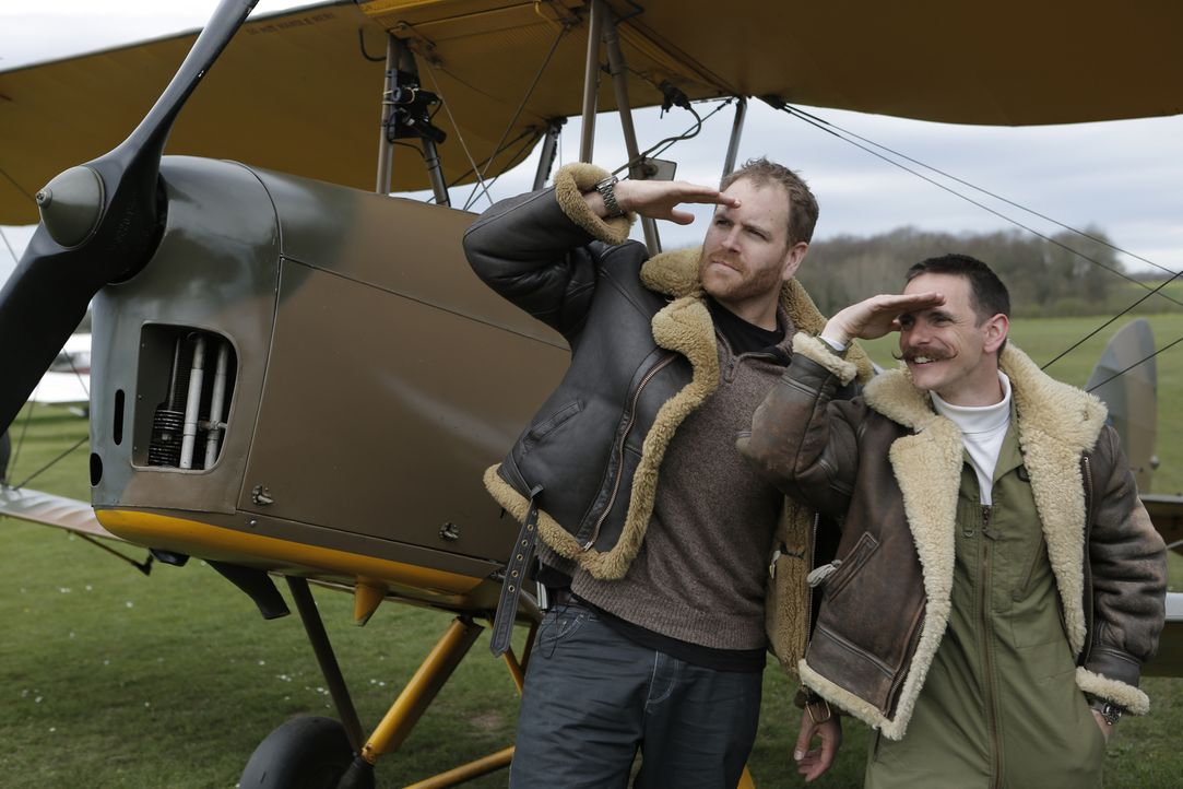 Trotz seines Vorhabens, sich mit der Legende des Robin Hood auseinanderzusetzen, hat Josh Gates (l.) Zeit, um mit dem Piloten Ben Chapman (r.) neben... - Bildquelle: 2015,The Travel Channel, L.L.C. All Rights Reserved