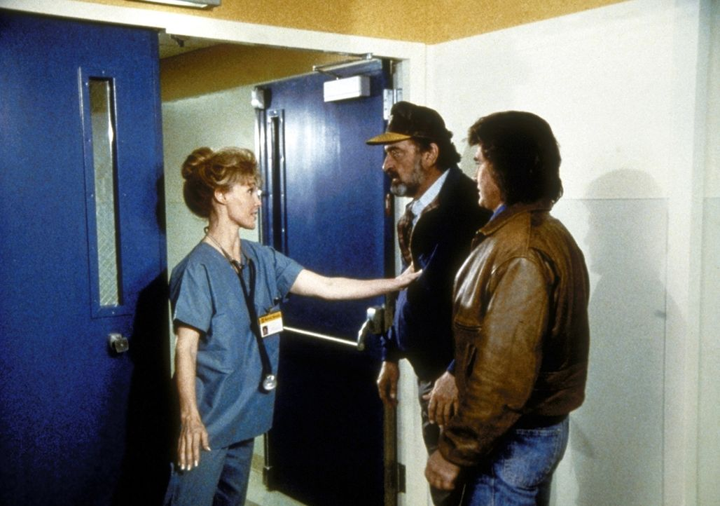 Jonathan (Michael Landon, r.) und Mark (Victor French, M.) wollen ihren Freund Gabe im Krankenhaus besuchen. Doch eine Schwester verweigert ihnen de... - Bildquelle: Worldvision Enterprises, Inc.