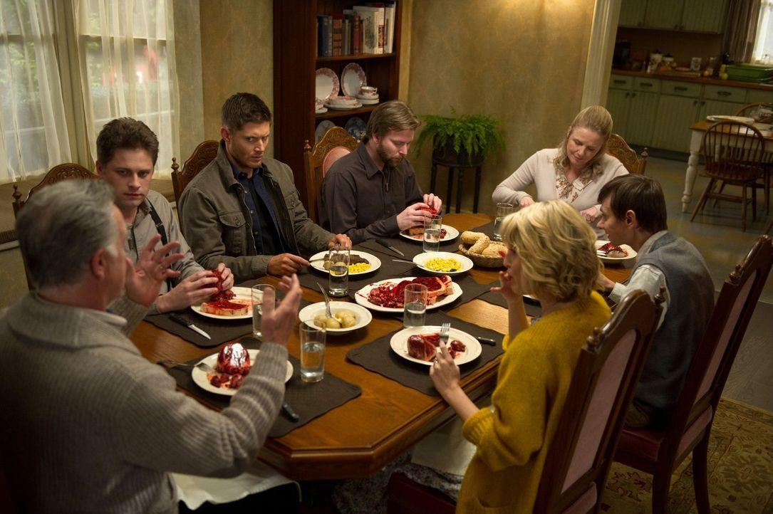 Alles andere als ein normales, gemütliches Familiendinner: (im Uhrzeigersinn) Reverend Jim (Tom Butler), Russ (Matt Hamilton), Dean (Jensen Ackles),... - Bildquelle: 2013 Warner Brothers