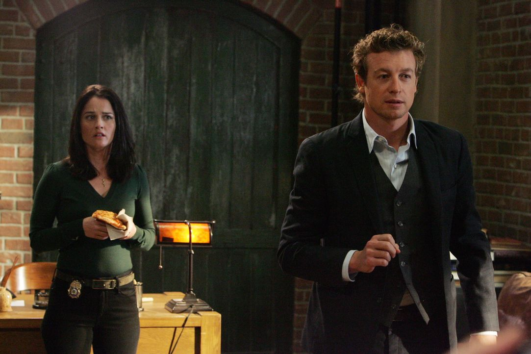 Für Teresa (Robin Tunney, l.) und Patrick (Simon Baker, r.) beginnen die Ermittlungen, als ein unter Hypnose stehender Mann eine Leiche in die CBI-Z... - Bildquelle: Warner Bros. Television