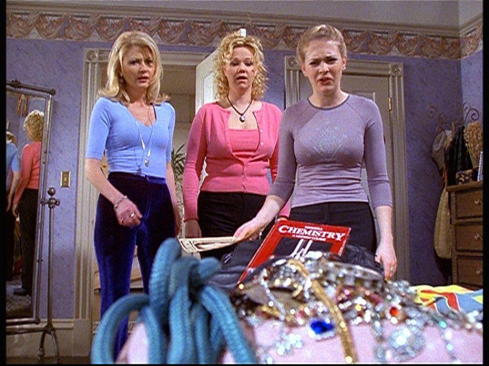 Sabrina (Melissa Joan Hart, r.), Hilda (Caroline Rhea, M.) und Zelda (Beth Broderick, l.) entdecken, dass die scheinbar so schüchterne Martha eine... - Bildquelle: Paramount Pictures
