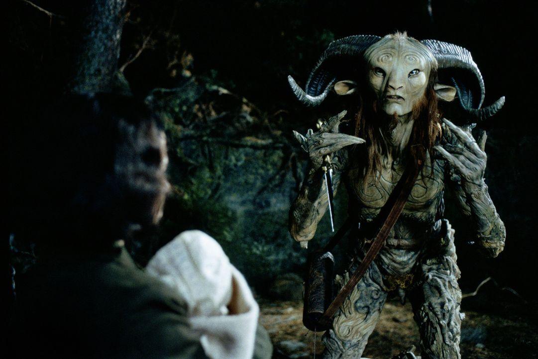 In ihrem neuen Zuhause entdeckt Ofelia (Ivana Baquero, l.) ein Labyrinth, an dessen Ende sie auf Pan (Doug Jones, r.) trifft, der ihr erzählt, sie... - Bildquelle: Telepool GmbH