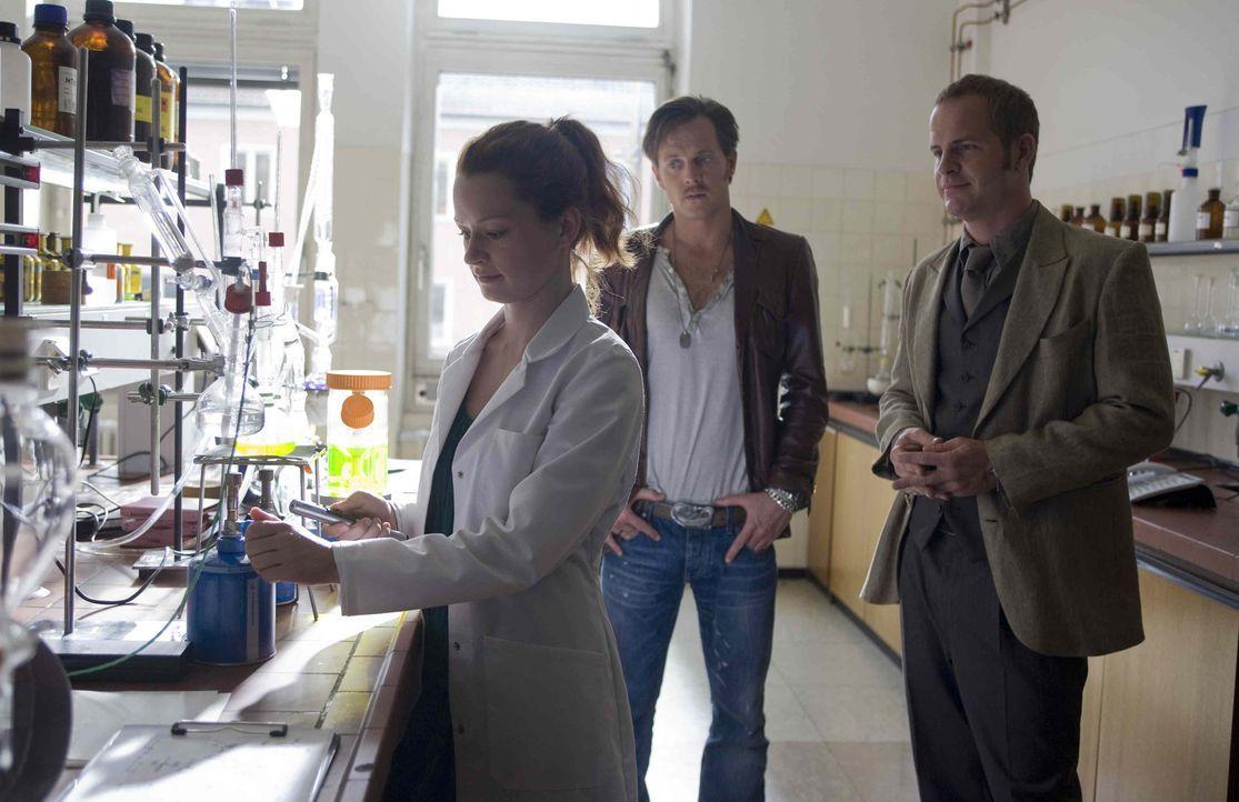 Hat die undurchsichtige Studentin Clara Lobowski (Lilian Neumann, l.) etwas mit der Ermordung von Rita zu tun? Gerry (Johannes Zirner, M.) und Trist... - Bildquelle: Erika Hauri SAT. 1