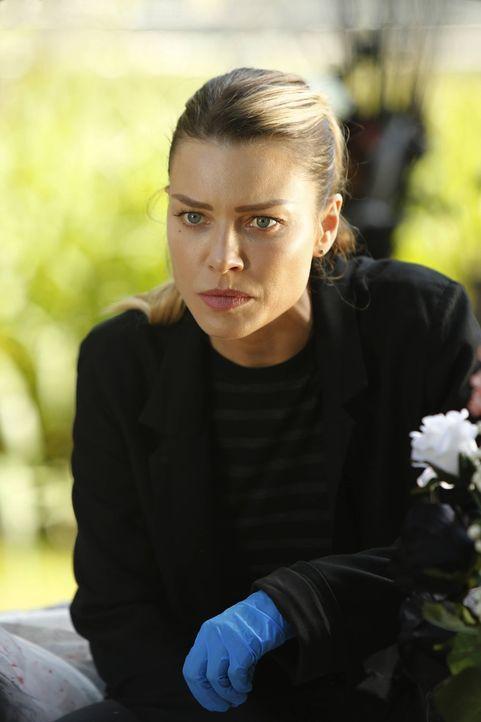Ahnt nicht, wie schlecht es momentan um Lucifer steht und wie stark seine dunkle Seite zu werden scheint: Chloe (Lauren German) ... - Bildquelle: 2016 Warner Brothers