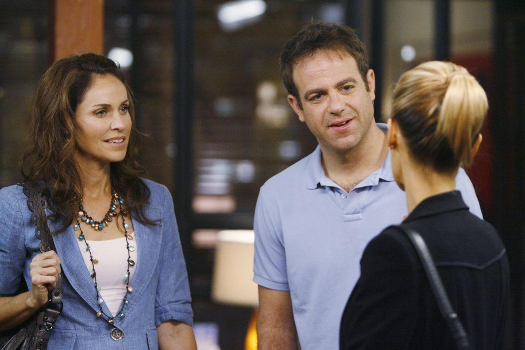 Im Oceanside Wellness behandeln Charlotte (KaDee Strickland, lr.), Cooper (Paul Adelstein, M.) und Violet (Amy Brenneman, l.) einen Frischverheirate... - Bildquelle: ABC Studios