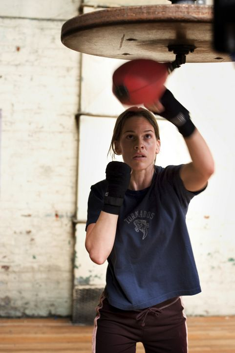 Tag und Nacht trainiert Maggie (Hilary Swank) mit eisernem Willen an den Sandsäcken, denn sie hat nur einen Traum: Sie will boxen und sie will Erfo... - Bildquelle: Epsilon Motion Pictures