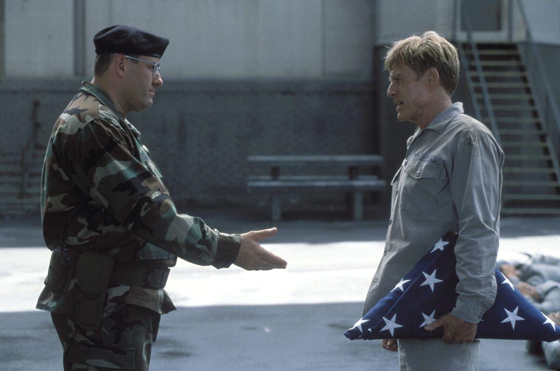 Zunächst ist der Leiter des Militärgefängnisses, Colonel Winter (James Gandolfini, l.), noch voll Bewunderung für den prominenten und geachteten... - Bildquelle: TM &   2001 DREAMWORKS LLC. All Rights reserved.