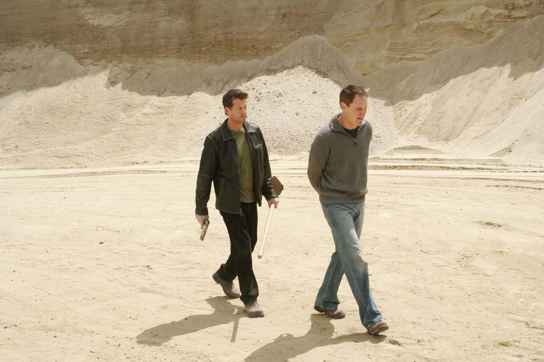Mike (James Denton, l.) hat Paul (Mark Moses, r.) in die Wüste gebracht, um ihn wegen Deirdre zur Rechenschaft zu ziehen ... - Bildquelle: Touchstone Pictures
