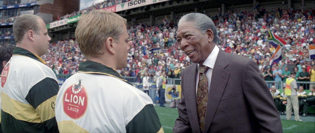 """Obwohl Rugby als """"Sport der Weißen"""" gilt, will Präsident Nelson Mandela (Morgan Freeman, r.) die 1995 im eigenen Land stattfindende Rugby-Weltmeiste... - Bildquelle: Warner Bros."""