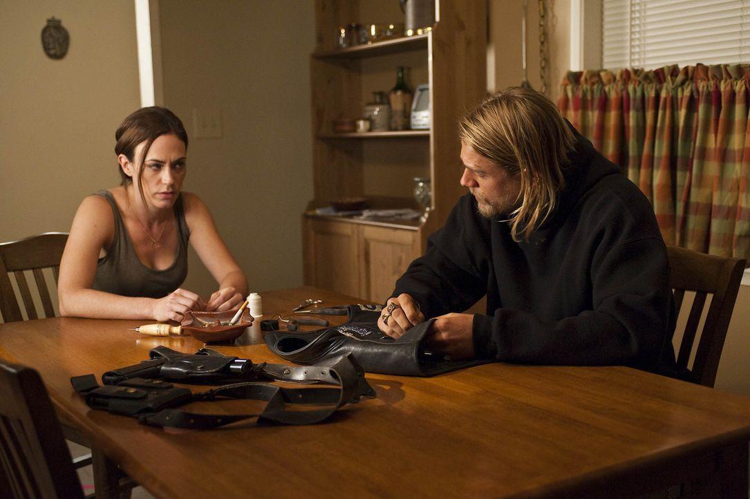 Jax (Charlie Hunnam, r.) teilt Tara (Maggie Siff, l.) mit, dass er doch bei den Sons of Anarchy bleiben und nicht zu den Nomads wechseln will ... - Bildquelle: 2009 Twentieth Century Fox Film Corporation and Bluebush Productions, LLC. All rights reserved.