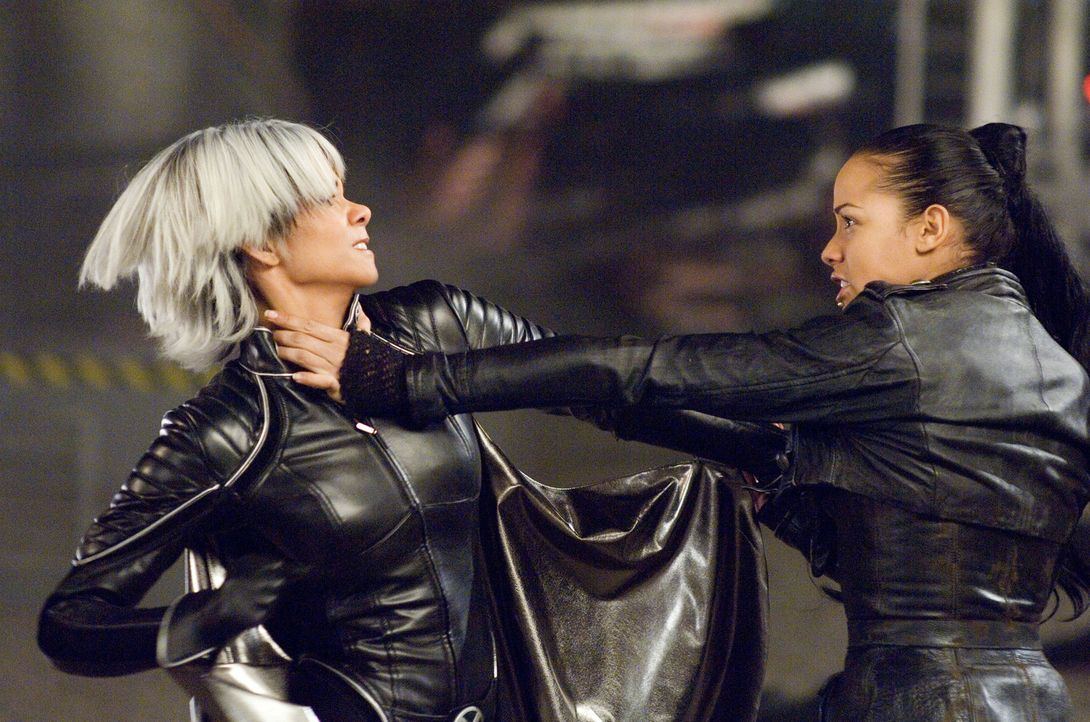 In einem harten Kampf versucht Storm (Halle Berry, l.), das Vermächtnis von Professor Charles Xavier zu wahren und Callisto (Dania Ramírez, r.) zu b... - Bildquelle: 2006 Twentieth Century Fox Film Corporation.  All rights reserved.   X-MEN all character names and their distinctive likenesses: TM &   2006 Marvel