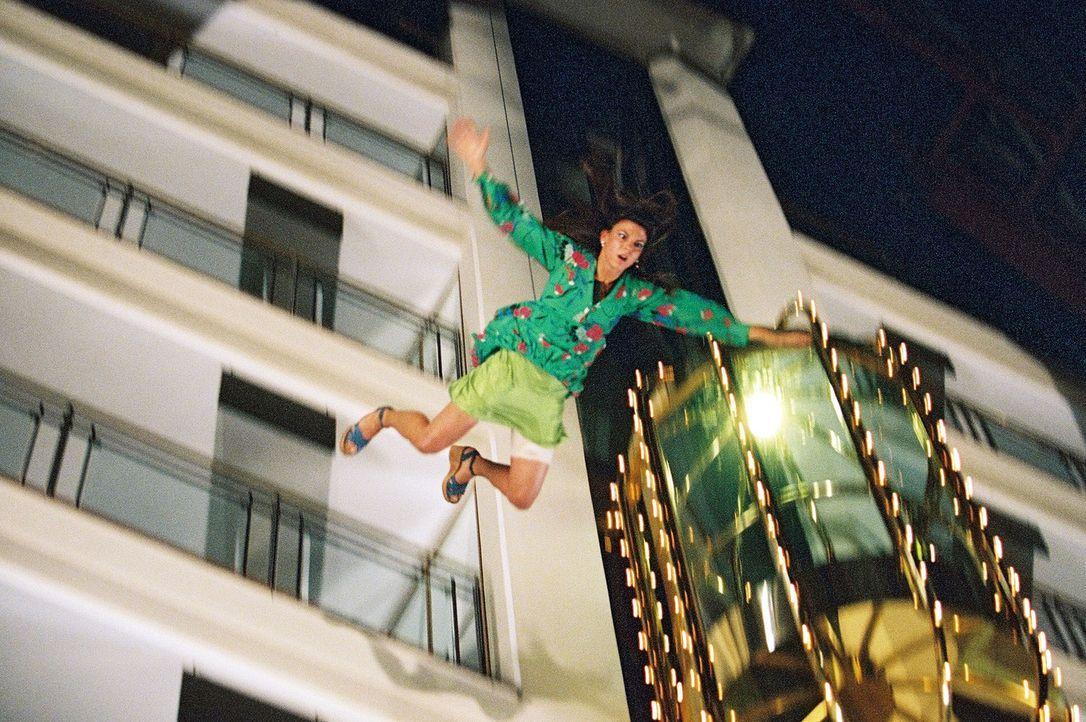 Viola (Katja Bernett) stürzt vom Hotel. - Bildquelle: Thomas Kost Sat.1