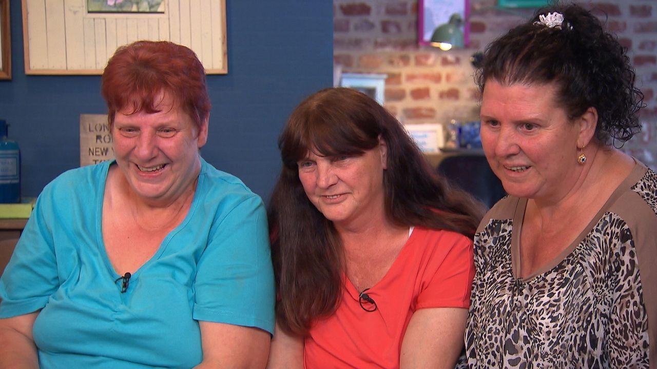Die drei Schwestern Gabriele (l.), Monika (M.) und Karina (r.) wünschen sich nichts sehnlicher, als ihren jüngsten Bruder wieder in die Arme schließ... - Bildquelle: SAT.1