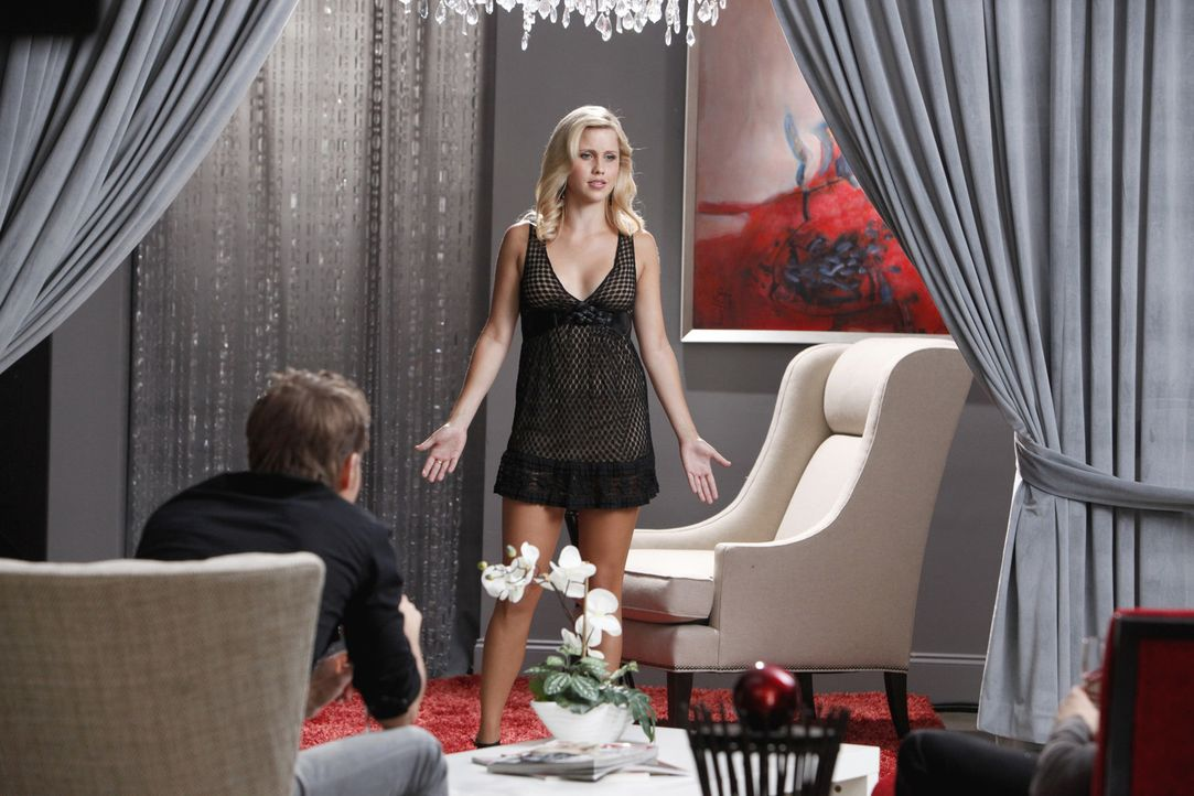 Rebekah (Claire Holt) braucht dringend ein neues Outfit. In Chicago besucht sie zusammen mit Stefan und Klaus eine Boutique - Bildquelle: 2011 THE CW NETWORK, LLC. ALL RIGHTS RESERVED.