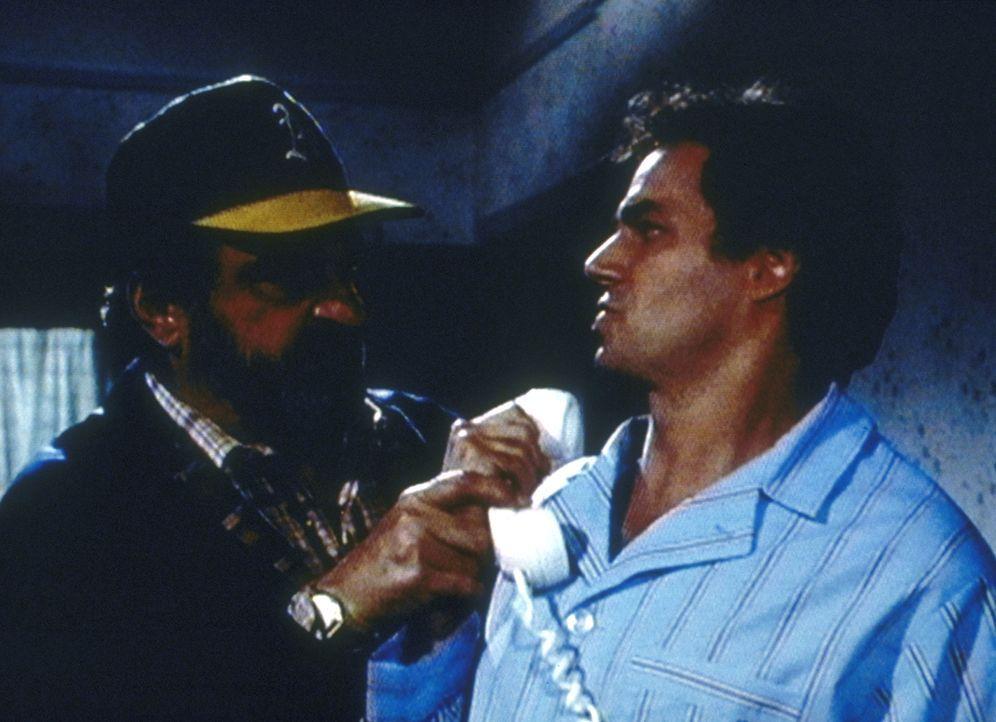 Mark (Victor French, l.) nimmt Tims alten Freund Gary (Richard Muenz, r.) auf eine Traumreise mit. - Bildquelle: Worldvision Enterprises, Inc.