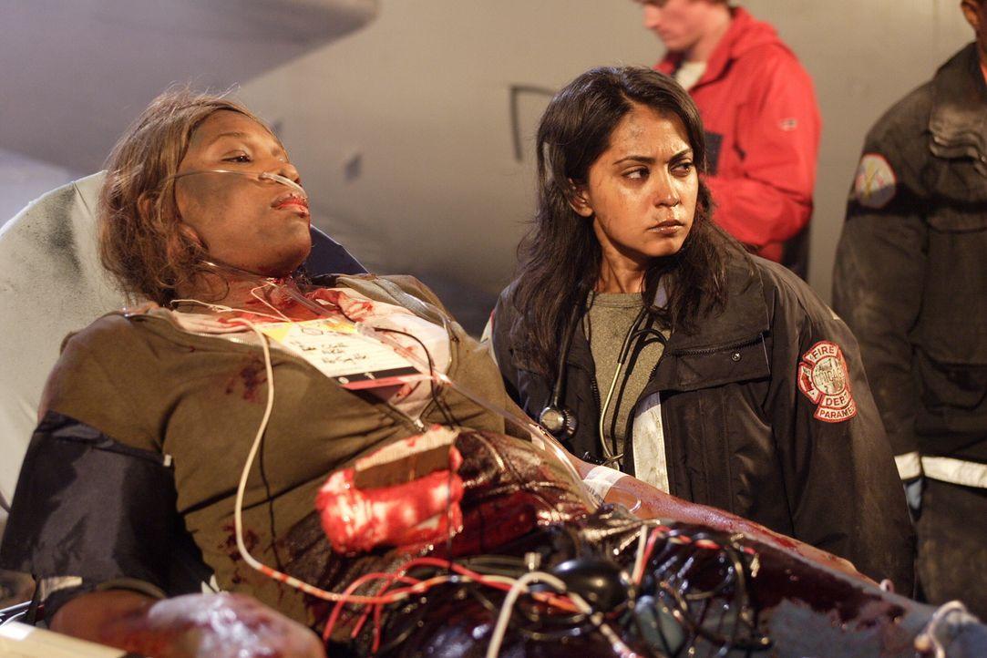 Neela (Parminder Nagra, r.) versucht Alice (Serena Williams, l.) zu retten ... - Bildquelle: Warner Bros. Television